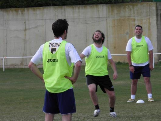 Jugador intentado controlar un balón